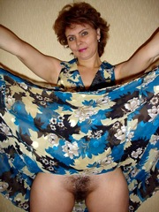 Cute mature wife lifted her skirt to..