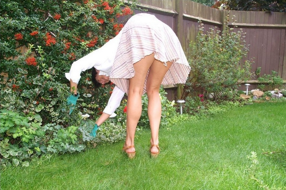 hot american housewife working naked in the garden   hot