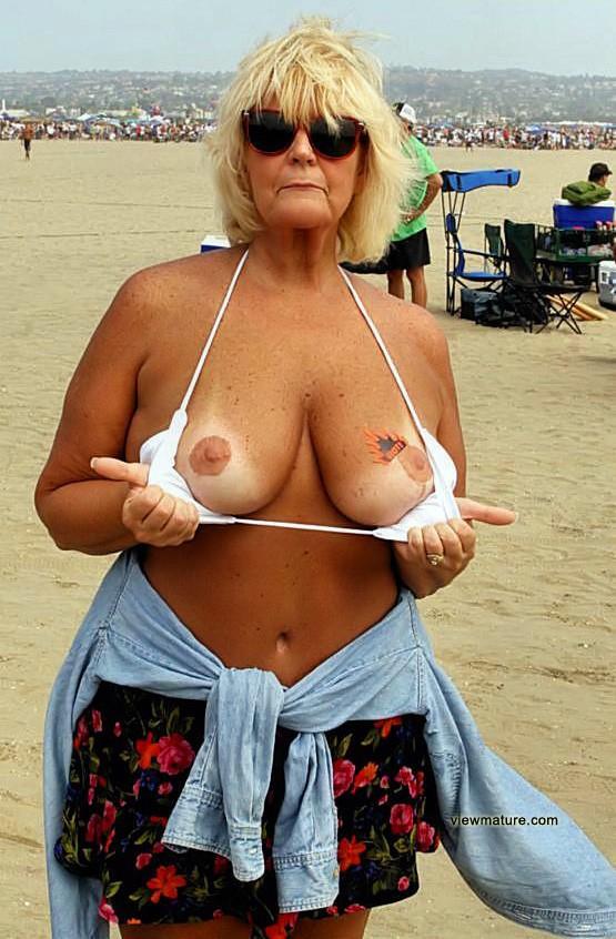 moms pose nude in public