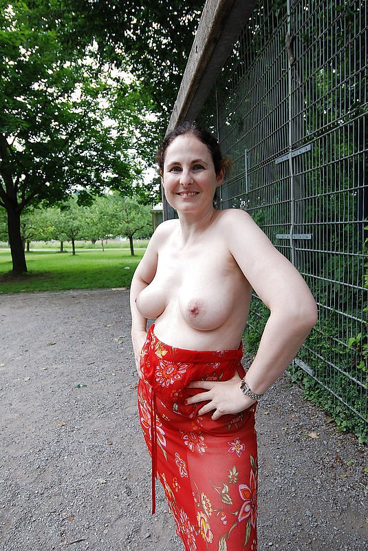 2 milfs exhib au resto avant partouze lesbienne au sauna - 3 1