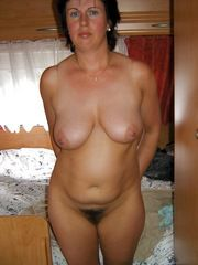 Brunette mature lady posing absolutely..